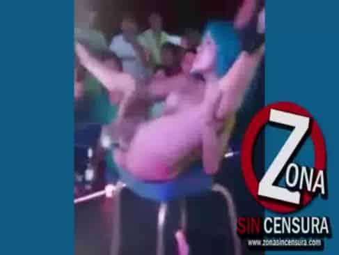 Luna Bella se masturba frente a todos sus fans y eyacula en sus rostros gritando de placer