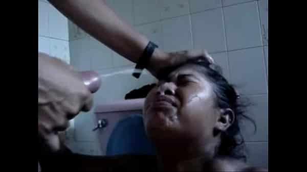 MADURA empleada domestica recibiendo una ración de ESPERMA en el baño por su caliente patrón mientras la señora de la casa no esta!