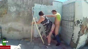 El compa deja de limpiar su persiana porque llega la PUTA GORDA de su VECINA a interrumpirlo y a que le diera verga!