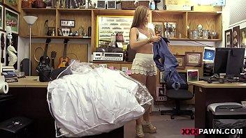 Fue por su vestido de NOVIA pero la muy zorrita termino cogiendo con el tendero, que gran cogida le acomodo le dio su despedida a la golosa!