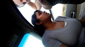 Mi ESPOSA y su AMIGA PUTA me hace una mamada en la camioneta!