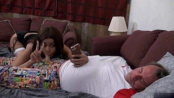 La PUTA de mi SOBRINA toma selfie mamando mi verga mientras duermo!