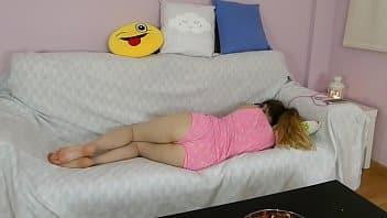 SOBRINA de 19 dormía pero la desperté y así me la goce!